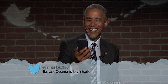 Obama lee tuits ofensivos y contesta con humor